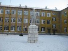 Памятник В.И.Ленину перед школой №4